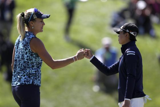 렉시 톰슨(왼쪽)이 US여자오픈 우승자 유카 사소와 주먹 인사를 나누고 있다. [AP=연합뉴스]