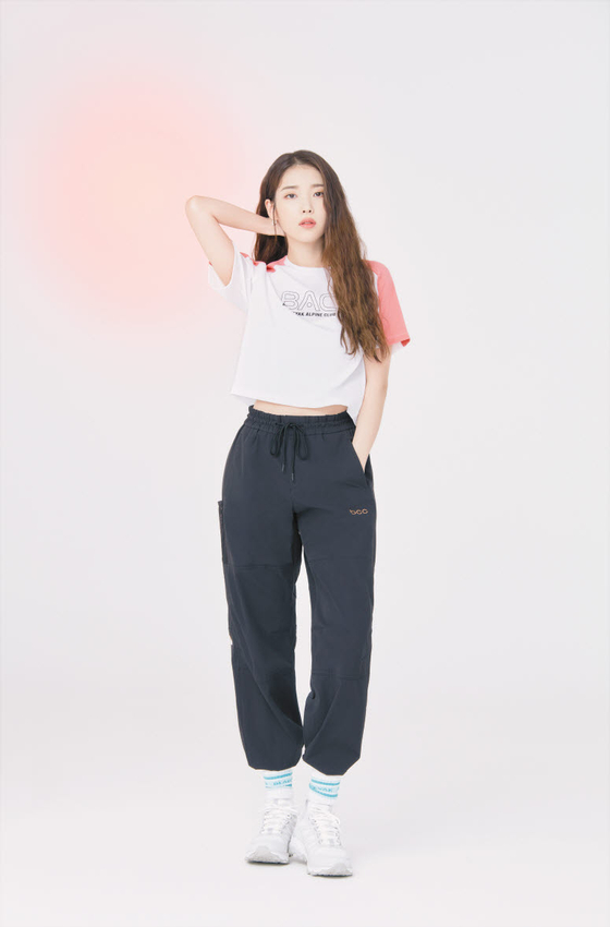 BAC청화티셔츠와 BCC피너클팬츠를 입은 블랙야크 광고 모델 가수 겸 배우 아이유. [사진 블랙야크]