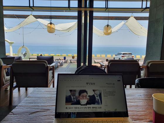 지난달 31일 제주시 애월읍의 한 호텔이 운영하는 카페에서 오전 근무하는 모습. 추인영 기자
