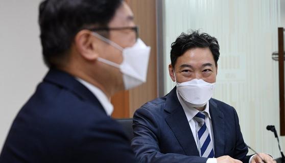 김오수 검찰총장이 박범계 법무부 장관에게 인사말을 하고 있다. 연합뉴스