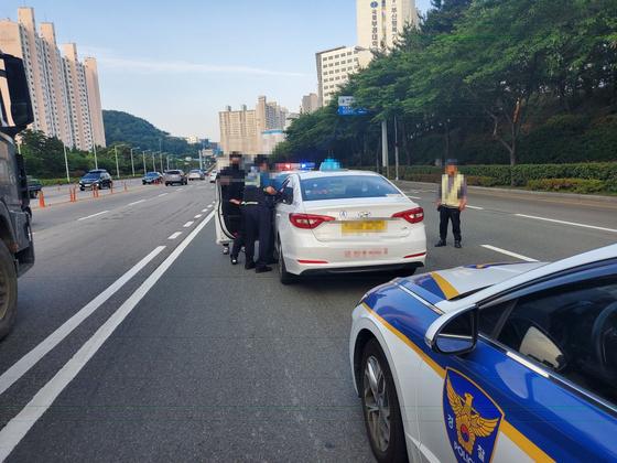 휴가 나온 공군 병사가 9일 오전 6시 27분 부산 남구 한 음식점 앞에서 음주 상태로 택시를 훔쳐 운전하다 교각을 들이받는 사고를 낸 뒤 잠이 들었다가 경찰에 검거됐다. 사진 부산경찰청
