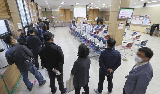 지난 4월 서울의 한 고용센터에서 실업급여 교육 신청을 위해 늘어선 줄. 연합뉴스