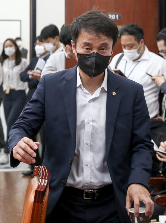 더불어민주당 한병도 원내수석부대표가 1일 국회에서 열린 원내대책회의에 참석하고 있다. 오종택 기자