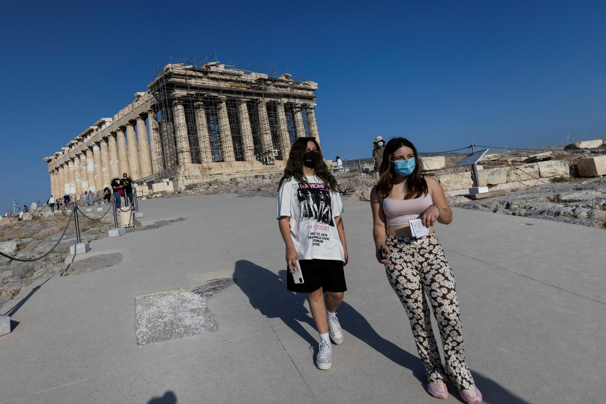 8일 그리스 아테네 아클로폴리스를 방문한 관괭객들이 새로 조성한 시멘트 보도를 걷고 있다. 로이터=연합뉴스