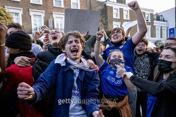 첼시가 슈퍼리그 참가를 철회했다는 소식에 환호하는 첼시 팬들.  사진=게티이미지