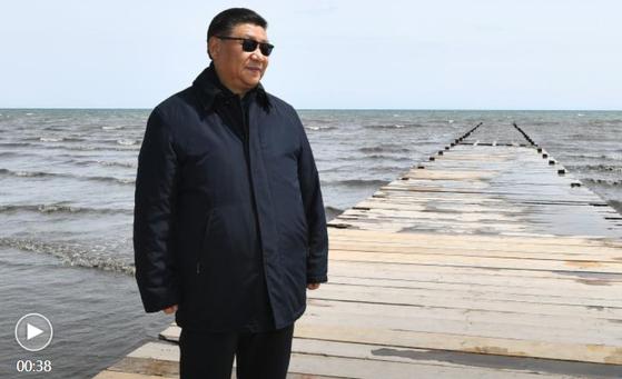 9일 시진핑 중국 국가주석이 티베트 고원 북서부에 위치한 칭하이 호수 현지시찰을 나선 모습. 선글라스를 착용했다.[CGTN 캡처]