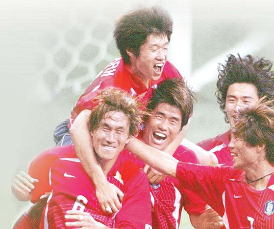 2002 월드컵 폴란드전에서 골을 성공시킨 뒤 환호하는 유상철과 동료들. [중앙포토]