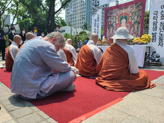 9일 오후 서울 정부서울청사 앞에서 열린 고 이선호 청년노동자 49재에서 이선호씨 아버지가 눈물을 훔치고 있다. 권혜림
