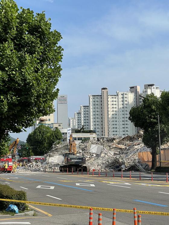 9일 오후 4시 23분께 광주 동구 학동에서 철거 공사 중인 건물 1개 동이 무너졌다는 신고가 119상황실에 접수됐다. [사진=독자제공]