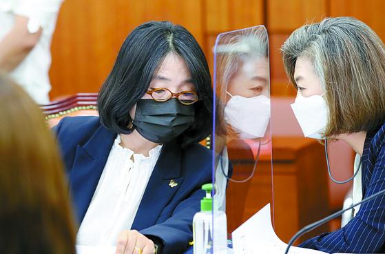 더불어민주당 윤미향 의원(왼쪽)과 양이원영 의원. 연합뉴스