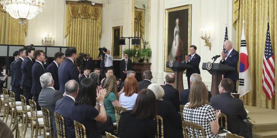조 바이든 미 대통령이 지난달 21일 백악관에서 열린 문재인 대통령과의 기자회견 도중 경제사절단으로 동행한 한국 기업 대표들을 일일이 호명하며 박수로 감사 표시를 하고 있다. [연합뉴스]