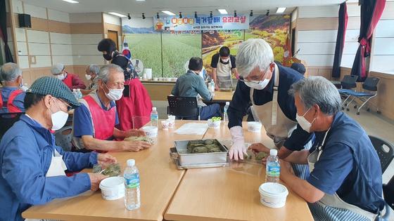 경북 의성군에서 독거할배 요리교실이 열렸다. 할아버지들이 앞치마를 두르고 요리 실습을 하고 있다. [사진 경북 의성군]
