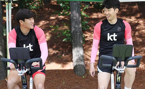 정상빈(왼쪽)은 대표팀에서 '우상' 손흥민과 함께할 수 있어 마냥 즐겁다. [사진 대한축구협회]