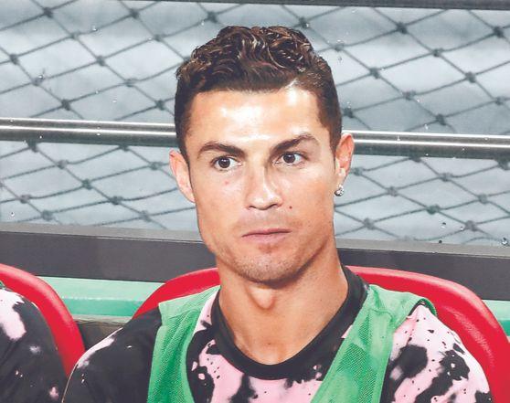 호날두(유벤투스)가 2019년 7월 26일 서울월드컵경기장에서 열린 팀 K리그와 유벤투스 FC의 친선 경기 중에 벤치에 앉아 있다. [연합뉴스]