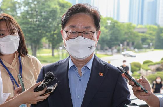6월 9일 박범계 법무부 장관이 출근길에 취재진과 질의응답을 하고 있다. 뉴스1