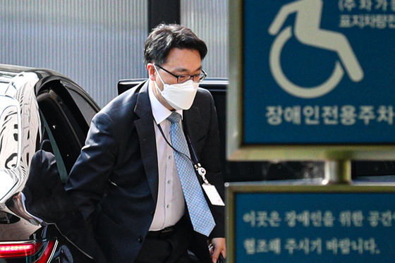 김진욱 고위공직자 범죄수사처(공수처)장이 9일 오전 경기 정부과천청사 내 공수처 청사로 출근하고 있다. 연합뉴스