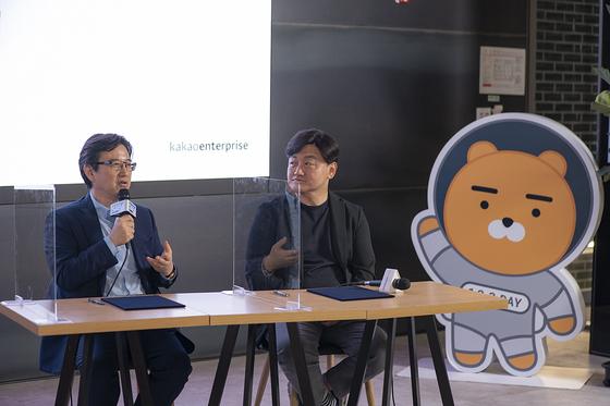 카카오엔터프라이즈는 9일 SAP코리아와 업무협약을 체결했다. 이성열 SAP 코리아 대표이사와 백상엽 카카오엔터프라이즈 대표이사(왼쪽부터)가 질문에 답변하고 있다. [사진 SAP코리아]