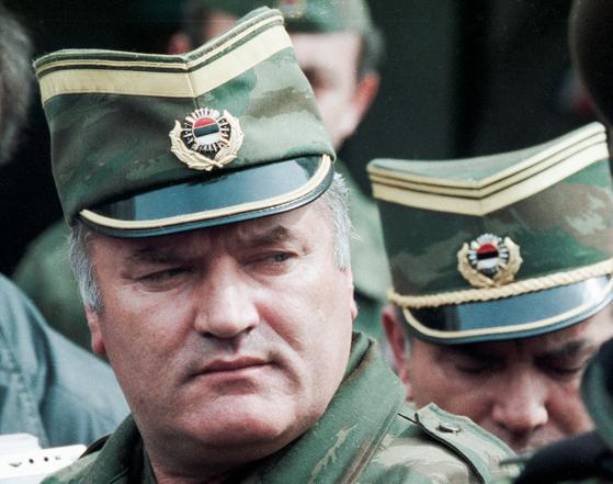 보스니아 내전 과정에서 무차별한 학살을 저질러 '발칸반도의 도살자'로 불리던 라트코 믈라디치가 종신형을 확정 받았다. 로이터=연합뉴스