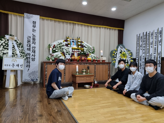 고 이선호씨의 고교 친구들이 평택시 안중읍 안중백병원 장례식장에 마련된 빈소를 지키고 있다. 안중읍=김성탁 논설위원