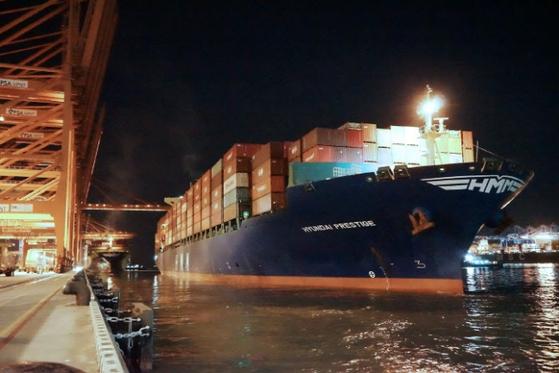 5000TEU급 컨테이너선 'HMM 프레스티지'가 부산 신항에서 국내 수출기업 화물을 싣고 출항을 대기하고 있다. [사진 HMM]