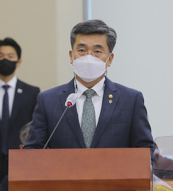 서욱 국방부 장관이 9일 오전 국회에서 열린 국회 국방위에 참석해 여중사 사망사건관련 브리핑을 하고 있다. 오종택 기자