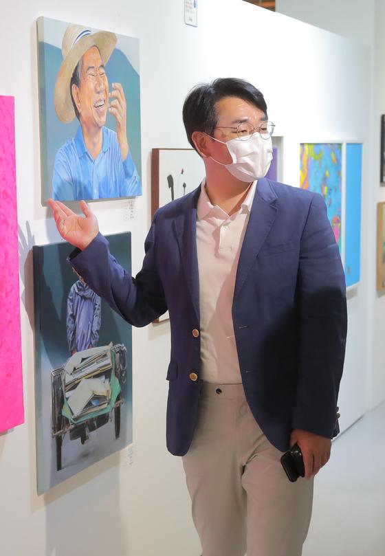 지난달 22일 노무현 전 대통령 서거 12주기 '사람사는 세상전'을 찾은 박용진 더불어민주당 의원. 연합뉴스