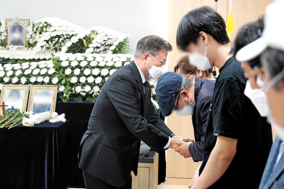 문재인 대통령이 6일 오후 경기도 성남 국군수도병원에 마련된 이 모 부사관의 추모소를 찾아 추모한 뒤 유족을 위로하고 있다. 청와대