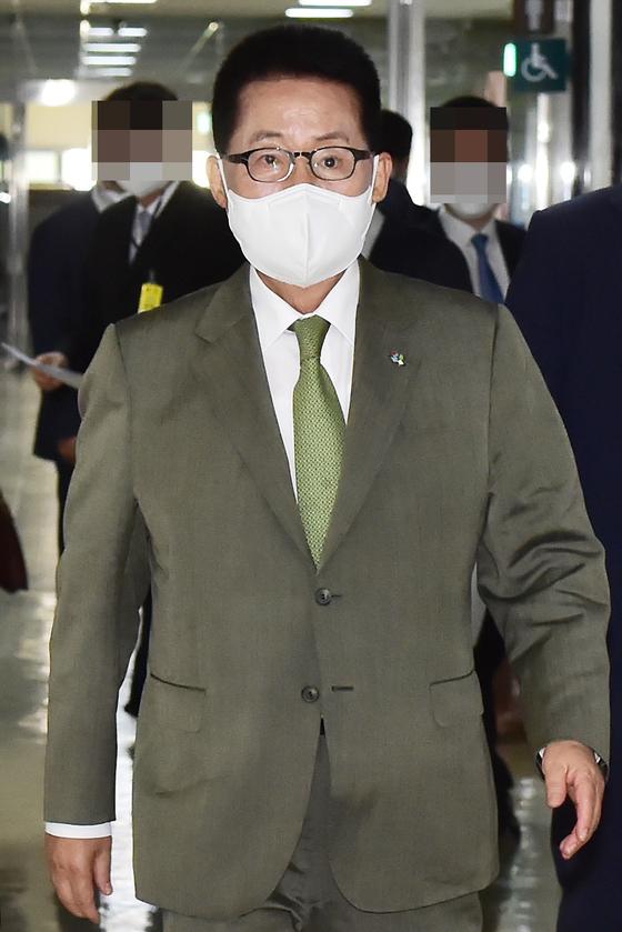 박지원 국정원장이 9일 서울 여의도 국회 정보위원회에서 열린 국정원 불법사찰에 대한 자체 감찰 결과 보고차 회의실에 입장하고 있다. 오종택 기자