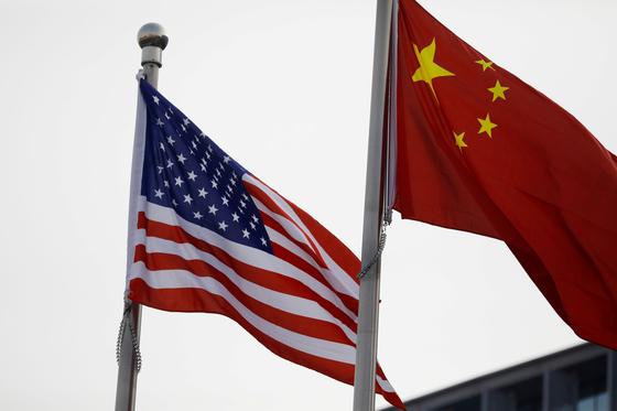 미국의 제재에 맞서 중국이 반외국제재법안 마련에 나섰다. 양국간 제재가 법적 분쟁으로 심화되고 있다. [로이터=연합]