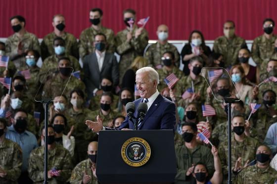 조 바이든 미국 대통령이 9일 영국에 도착해 미 공군 장병과 가족 앞에서 연설하고 있다. [AP=연합뉴스]
