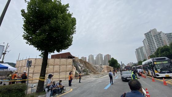 지난 9일 광주에서 건물이 붕괴하면서 시내버스를 덮친 사고와 관련해 인도에 심어진 아름드리나무가 완충 역할을 한 것으로 드러났다. 사진은 10일 오후 광주 동구 학동 붕괴 사고 현장 주변 가로수의 모습. [연합뉴스]