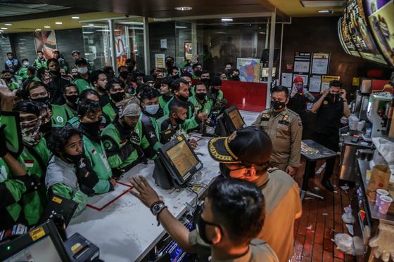맥도날드가 출시한 BTS 세트를 사기 위해 자카르타 남부 외곽 도시 보고르의 한 맥도날드 매장으로 몰려든 배달기사들. AFP=연합뉴스
