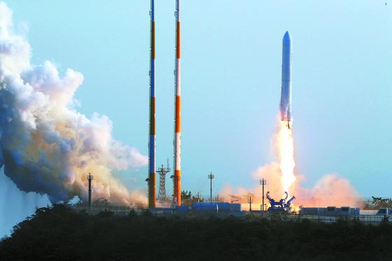 2018년 나로우주센터 발사대에서 누리호 엔진의 시험 발사체가 하늘로 치솟고 있다. [중앙포토]