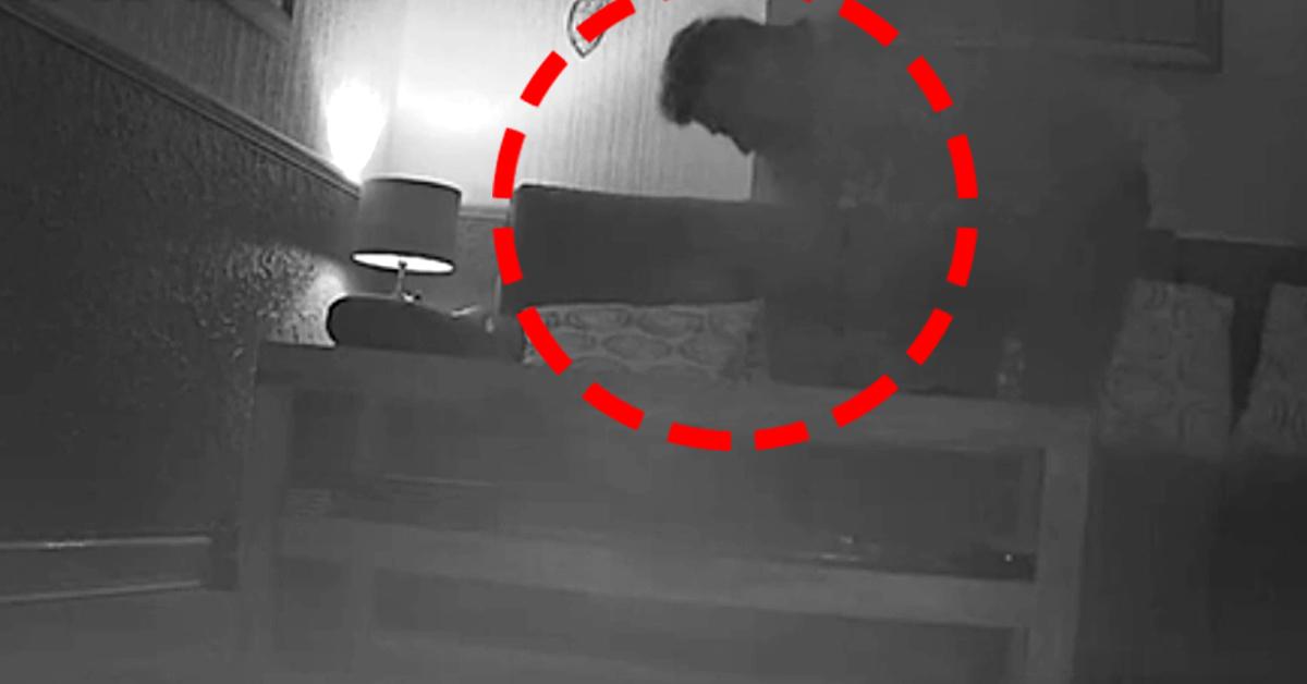 이웃사촌 리 존슨이 침실에 침입해 녹음장치를 찾는 모습이 웹캠에 포착됐다. 유튜브 캡처