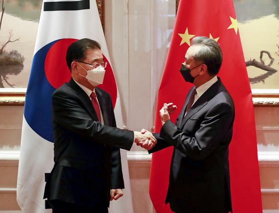 """中 왕이, 정의용에 """"한쪽 편 들어선 안 돼…G7 앞두고 견제구"""