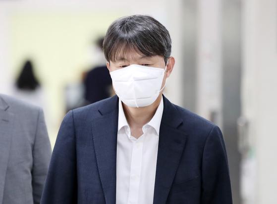 수뢰후부정처사 혐의를 받고 있는 유재수 전 부산시 경제부시장이 9일 오후 서울 서초구 서울고등법원에서 열린 항소심 공판에 출석하고 있다. [뉴스1]