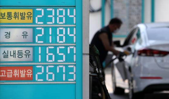 휘발유 가격이 5주째 상승했다. 지난 6일 서울의 한 주유소에서 기름값을 표시한 모습. [뉴시스]