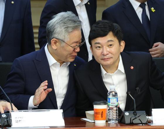 이재명 경기도지사(왼쪽)와 원희룡 제주도지사. 뉴스1