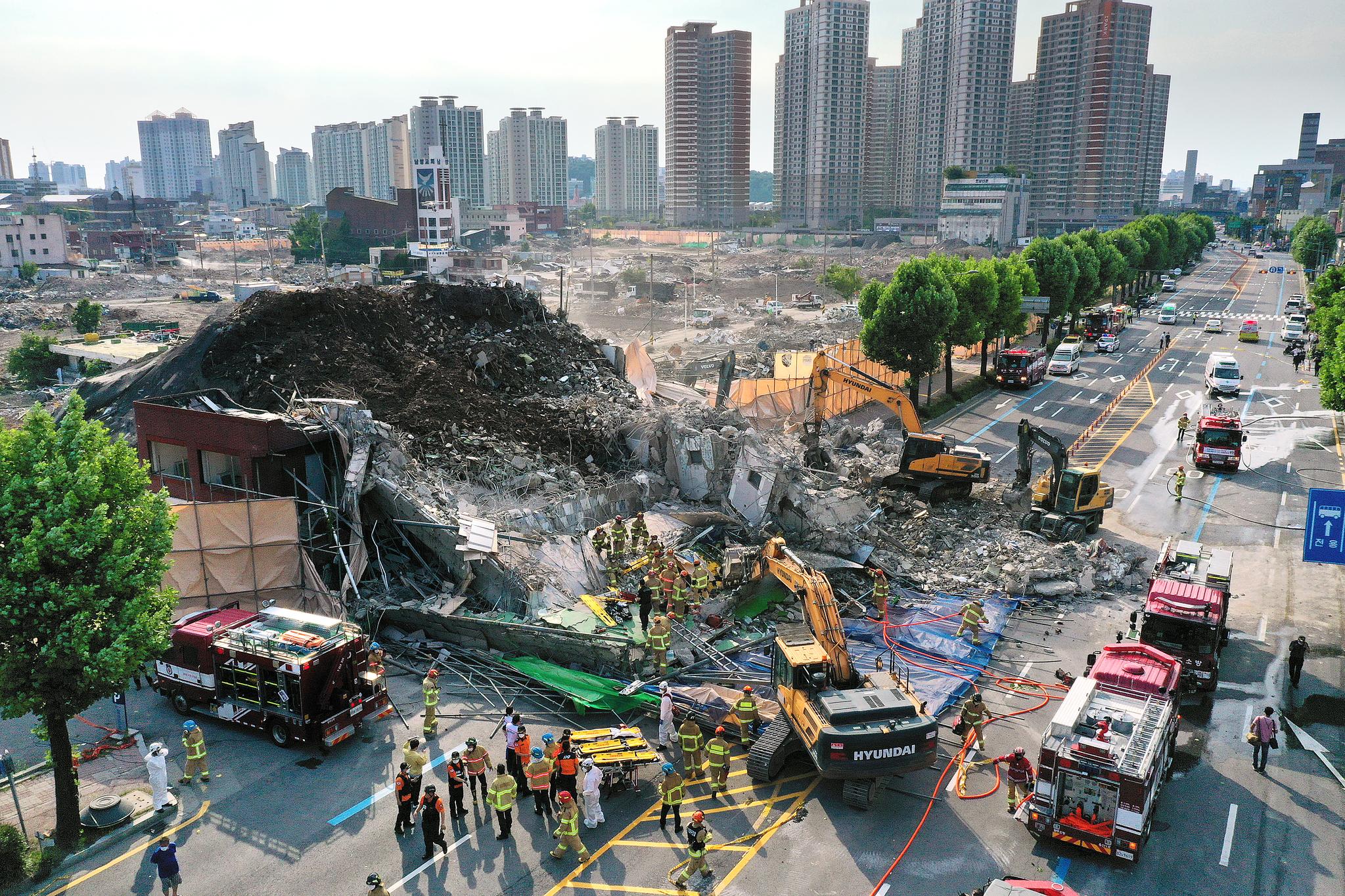 9일 오후 광주 동구 학동의 한 철거 작업 중이던 건물이 붕괴, 도로 위로 건물 잔해가 쏟아져 시내버스 등이 매몰됐다. 연합뉴스