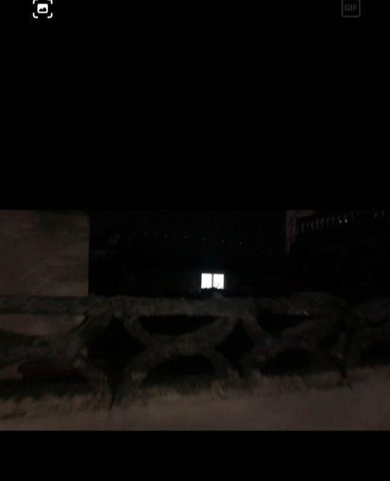 소유주인 A씨의 허락없이 B씨가 살고 있는 진해구 한 단독주택 모습. 안채쪽에 불이 환하게 켜져 있다. 위성욱 기자