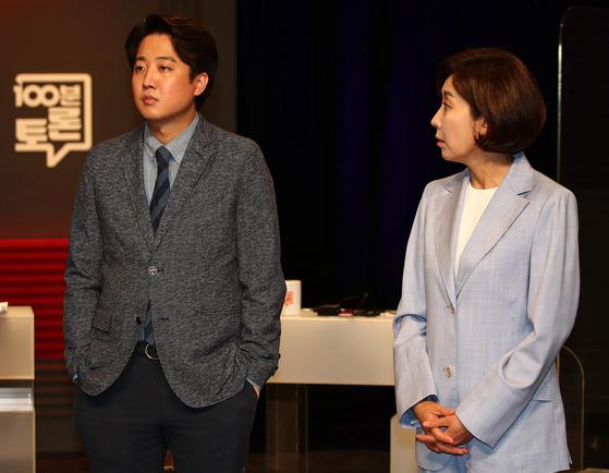 국민의힘 당대표 선거에 출마한 이준석, 나경원 후보가 지난 5월 31일 저녁 서울 마포구 상암 MBC스튜디오에서 열린 100분토론회에서 대화를 나누고 있다. 뉴스1