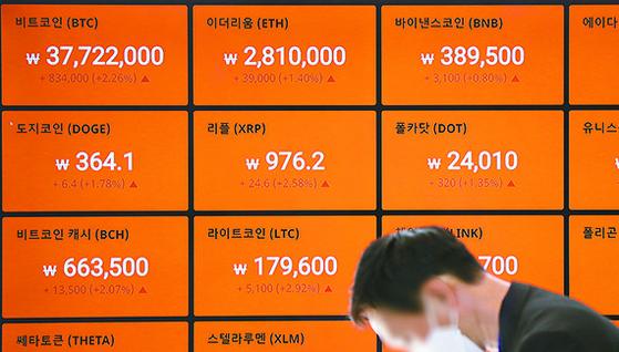 추락 중인 비트코인 가격이 3만 달러를 기점으로 더 폭락할 수 있다는 전망이 나왔다. 9일 오전 서울 강남구 빗썸 강남센터 전광판에 비트코인 등 암호화폐 시세가 표시돼 있다. [뉴시스]