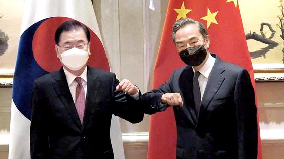 정의용 외교부 장관과 왕이 중국 외교부장이 지난 4월 3일 중국 푸젠성 샤먼 하이웨호텔에서 열린 한중 외교장관 회담에 앞서 기념촬영을 하는 모습. 뉴시스