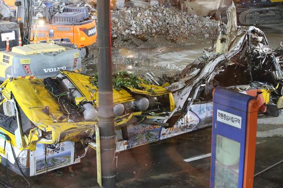 9일 오후 광주 동구 학동에서 철거 작업 중이던 건물이 붕괴 되어 도로 위로 건물 잔해가 쏟아져 매몰되 었던 시내버스가 밤 늦게 도로위로 꺼내졌으나 종이장처럼 짓겨 있다.   프리랜서 장정필