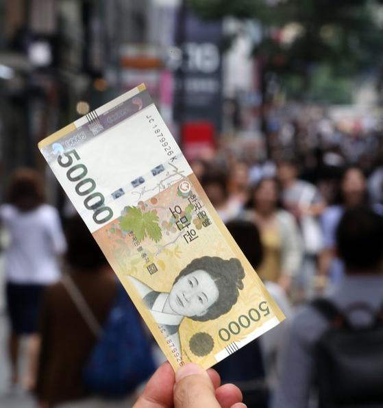 한국은행이 2009년 6월 23일 새로운 최고 액면 은행권으로 발행한 5만원권이 품귀현상을 빚고 있다. 연합뉴스.
