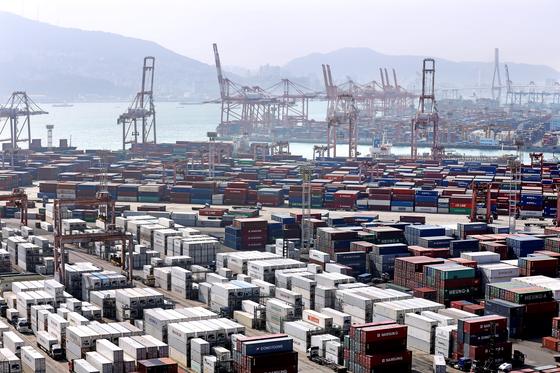 부산 동구 신선대부두 야적장에 수출을 기다리는 컨테이너가 쌓여 있다. 뉴스1