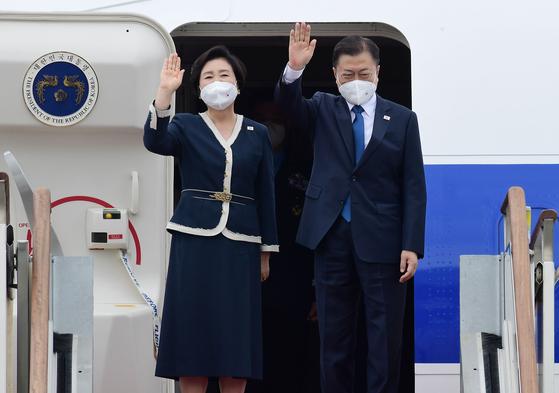 G7 정상회의 참석차 출국하는 문재인 대통령이 11일 서울공항에서 공군 1호기에 올라 환송 인사들에게 손을 흔들고 있다. [청와대사진기자단]