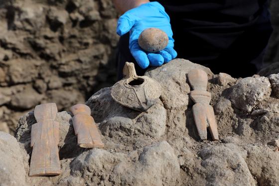 이스라엘 중부 야브네에서 발견된 1000년 전 달걀과 뼈로 만든 인형들의 모습. [신화=연합뉴스]