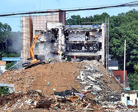 지난 9일 17명의 사상자를 낸 철거 건물 붕괴사고와 관련, 사고 발생 전 철거 현장 장면을 촬영한 사진이 공개됐다. 철거업체 작업자들이 건물을 층별로 철거하지 않고 한꺼번에 여러 층을 부수는 모습이 사진에 찍혀 해체계획서를 제대로 준수하지 않았음이 의심된다. 연합뉴스