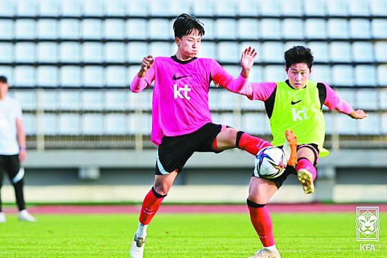 올림픽대표팀 이승우(왼쪽)와 이강인이 훈련 도중 공을 다투고 있다. [사진 대한축구협회]